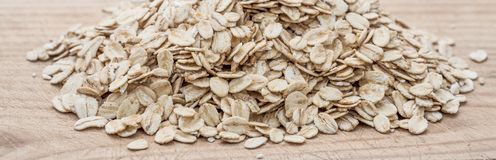 滚的燕麦 格兰诺拉麦片、谷物或者燕麦粥在白色木老ta 库存照片