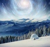 满天星斗的天空在冬天多雪的夜 在新年` s伊芙的意想不到的银河 美国航空航天局礼貌  预期 免版税库存照片