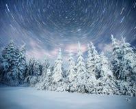 满天星斗的天空在冬天多雪的夜 在新年` s伊芙的意想不到的银河 预期假日 严重 库存图片