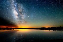 满天星斗的天空,银河 长的曝光照片  背景美好的图象安装横向晚上照片表使用 免版税库存照片