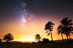满天星斗的天空,银河 长的曝光照片  背景美好的图象安装横向晚上照片表使用 免版税库存图片
