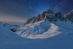 满天星斗美妙的天空 意大利白云岩的Sassolungo Langkofel小组的看法在满天星斗的光下的 库存照片