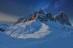 满天星斗美妙的天空 意大利白云岩的Sassolungo Langkofel小组的看法在满天星斗的光下的 库存图片