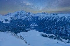 满天星斗美妙的天空 意大利白云岩的Val Di法萨滑雪胜地的全景在满天星斗的光下的 库存照片