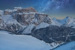 满天星斗美妙的天空 意大利白云岩的Val Di法萨滑雪胜地的全景在满天星斗的光下的 免版税库存照片