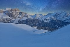 满天星斗美妙的天空 意大利白云岩的Val Di法萨滑雪胜地的全景在满天星斗的光下的 免版税库存图片