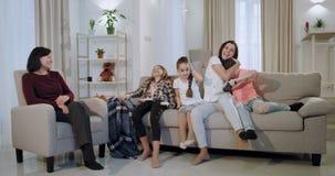 满意对有她的孩子和老婆婆的一个心情美丽的母亲加速了与孩子的时期,当使用在a时的他们 股票录像