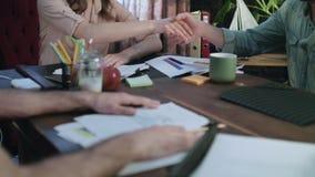 满意的女实业家与商务伙伴握手在交涉以后 股票视频