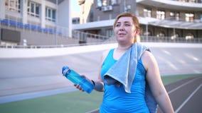 满意的肥胖妇女画象在锻炼以后的 影视素材