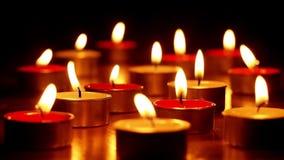 满意紧密在烧在红色五颜六色的有气味的蜡烛的橙色火火焰的射击的壮观的舒适可爱的大气 股票视频