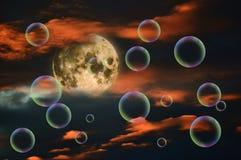 满月、日落天空和泡影 免版税库存图片