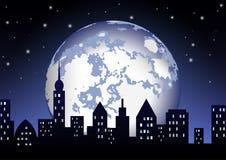 满月在夜城市发光 库存图片