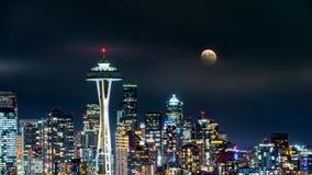 满月在西雅图地平线上上升 免版税库存图片