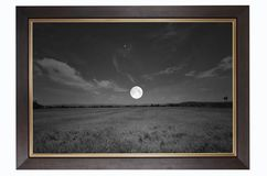 满月的黑白图片在领域的 免版税库存图片