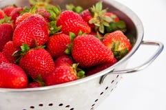 滤锅红色草莓 免版税库存照片