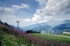 滨海阿尔卑斯山脉,Limone滑雪场在夏天 谷的看法从山的顶端 免版税库存图片