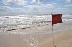 滩头识别旗红色 免版税图库摄影