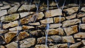 滴下和流动在岩石墙壁特写镜头下的瀑布 股票录像