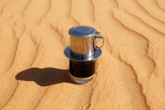 滴下无奶咖啡在越南样式用浓缩牛奶在红色沙子,顶视图 库存照片