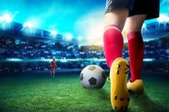 滴下球和处理她的对手的足球选手妇女背面图 免版税库存图片