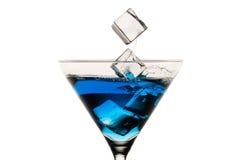 滴下的冰块到马蒂尼鸡尾酒玻璃里 免版税图库摄影