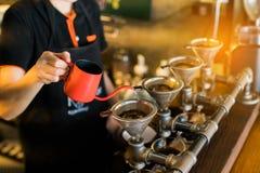 滴下酿造,被过滤的咖啡,或者倾吐在介入倾吐在烤的方法,碾碎的咖啡豆的水 图库摄影