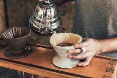 滴水咖啡 热的由专家的阿拉伯咖啡咖啡酿造手制造过程 库存照片