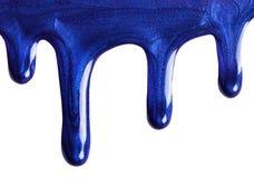 滴水蓝色珍珠指甲油 化妆用品时髦的样品做广告的 免版税库存照片