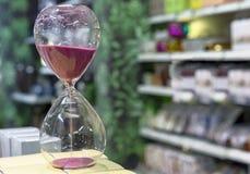 滴漏以测量时间的紫色沙子 葡萄酒滴漏 免版税库存图片