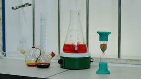 滴漏和烧瓶有液体的在医学实验室 股票视频