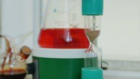 滴漏和烧瓶有液体的在医学实验室 影视素材