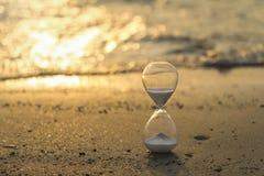 滴漏,时间沙子在金黄光的 库存图片
