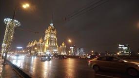漂亮时代时间间隔夜繁忙的高速公路在一个大大都会 莫斯科夜街道  股票录像