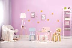 漂亮的孩子与逗人喜爱的家具的室内部 库存照片