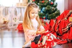 漂亮的孩子在客厅播放一个玩具 概念新年 库存照片