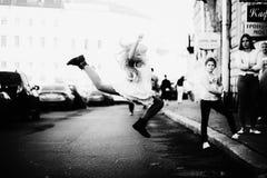 漂亮的孩子在街道上的女孩跳舞 免版税库存照片