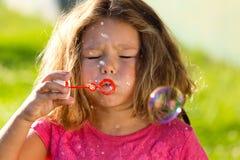 漂亮的孩子获得乐趣在公园 库存照片