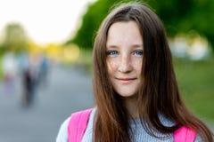 漂亮的孩子,十几岁的女孩 夏天本质上 特写镜头纵向 在面孔的蓝眼睛雀斑 愉快微笑 自由 免版税库存照片