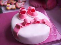 漂亮的孩子` s一个新出生的女孩的桃红色蛋糕 图库摄影