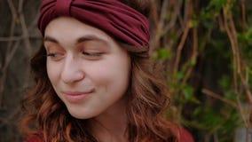漂泊生活方式时髦头饰带微笑的妇女 股票视频