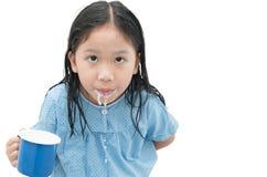 漂洗您的嘴的亚裔逗人喜爱的女孩在刷牙以后 库存图片