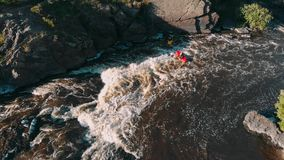 漂流在发怒的山河的小船顶上的空中射击有急流的4K 股票录像