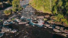 漂流在发怒的山河的小船顶上的空中射击有急流的4K 影视素材
