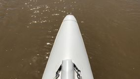 漂流在德诺尔河的一艘筏 股票视频