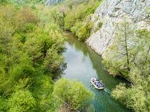 漂流在河的小船 从一条寄生虫的鸟瞰图在Nera的峡谷 免版税库存图片