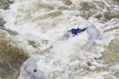 漂流在浪端的白色泡沫 库存照片