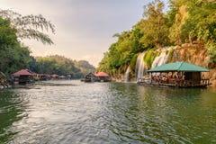 漂流对佐井yok在热带雨林的亚伊瀑布的游人在国立公园 免版税库存照片