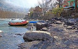 漂流小船的浪端的白色泡沫在喜马拉雅山 免版税库存图片