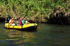 漂流小船- kanchanaburi泰国2008年3月17日 库存照片