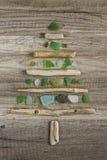 漂流木头与优美的绿色玻璃的圣诞树 免版税库存照片